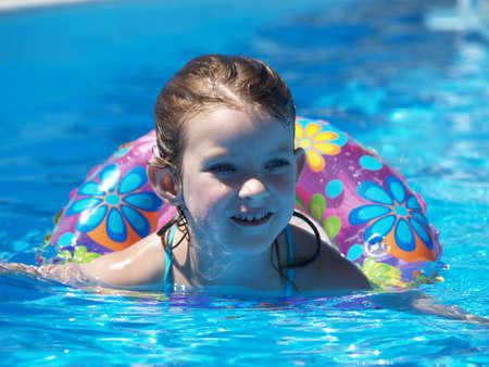 Girl flottant dans une piscine Banque d'images - 4129672