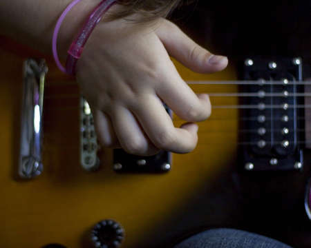 Girl playing electric guitar Banque d'images
