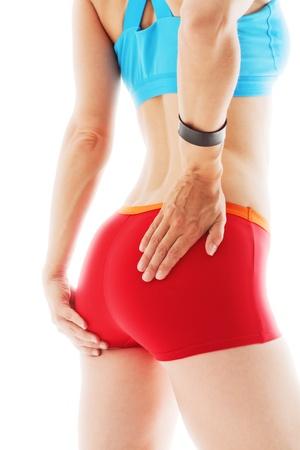 nalga: Vista trasera de la mujer atlética con las manos en las caderas aislados en blanco