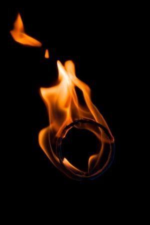 黒に分離された火のリング