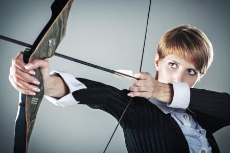 Business vrouw gericht op doel grijze achtergrond Stockfoto