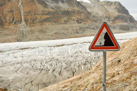 스위스 알프스에서 Aletsch 빙하 근처 떨어지는 바위에 대 한 경고도 표지판 스톡 콘텐츠