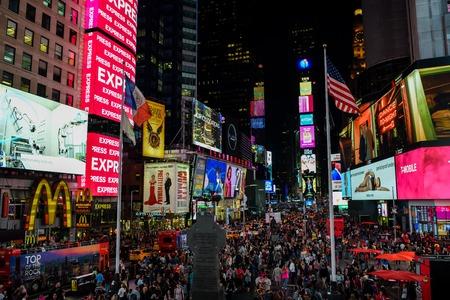 New York City, USA - 5. Oktober 2018: Touristen genießen ihre Zeit auf dem Times Square in New York City nach Sonnenuntergang im Oktober 2018