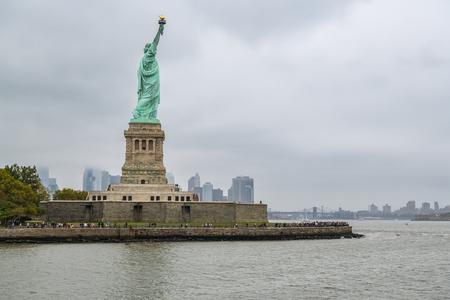 New York City, Stati Uniti - 8 ottobre 2018: Folla di turisti che visitano la statua della libertà su Liberty Island, New York City, Stati Uniti durante il giorno nuvoloso ottobre 2018
