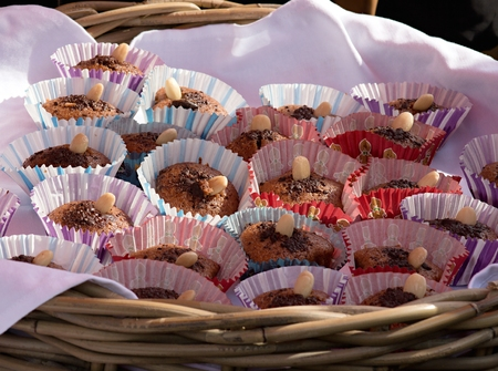 Freshly baked muffins with almonds ready for sale at a local farmers market Zdjęcie Seryjne