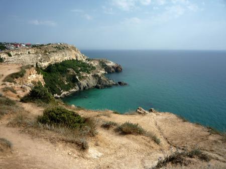 Krimkust. Cape Tarkhankut. Zwarte Zee. Rotsachtige onherbergzame kust en transparante kalme azuurblauwe zee. Voldoende ruimte en verse dierenarts. Recreatie voor lichaam en ziel.