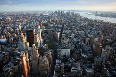 Luftbild Blick über Lower Manhattan aus Empire State Building oben, New York bei Sonnenuntergang