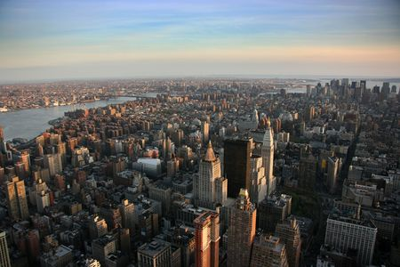 Luftaufnahme über östlich von Lower Manhattan Empire State Building oben, New York bei Sonnenuntergang Lizenzfreie Bilder
