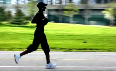 Zusammenfassung Silhouette eines laufenden afroamerican Mädchen, Panning Blur
