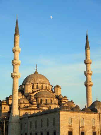 Die Neue Moschee in Istanbul bei Sonnenuntergang