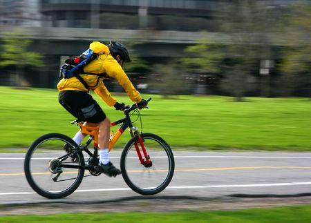 Junger Mann Beschleunigung auf dem Mountainbike  Lizenzfreie Bilder