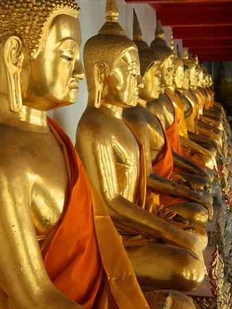 Row Sitzung des goldenen Buddha-Statuen in Bangkok, Thailand