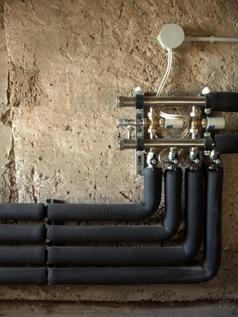 Rohre und Ventile in eine zentrale Heizung, Wand -