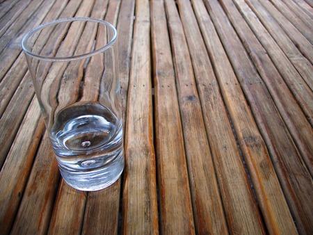 Près de verre vide sur une table en bois fabriqués à partir de Listel