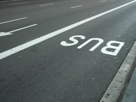 Wegweiser auf Asphalt-, Bus-Spur, schnell Gassen