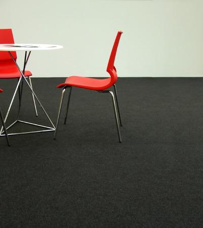 Design-Stühlen und Tisch in einer Geschäftsumgebung  Lizenzfreie Bilder