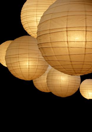 Viele herzlich farbiges Papier-Pop-up-Lampen isoliert auf schwarzem Hintergrund  Lizenzfreie Bilder