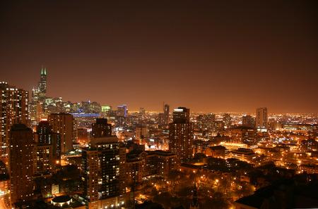 Luftbild der Innenstadt von Chicago bei Nacht, Blick nach Süden