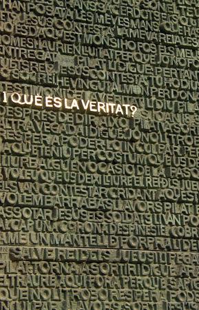 inscriptions: I que es la veritat, inscriptions on Sagrada Familia gates