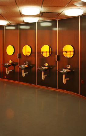 Vier Waschtische in einem minimalistischen öffentliche Toilette Lizenzfreie Bilder