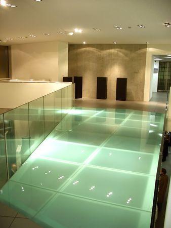 an exposition: Contemporanea Museo Galleria interni, stand e spazi vuoti. L'architettura moderna, ponte sul vetro interno esposizione.