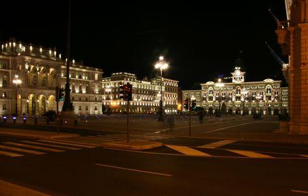 Italien, Triest, Straße vor der Einheit der Piazza d'Italia in der Nacht
