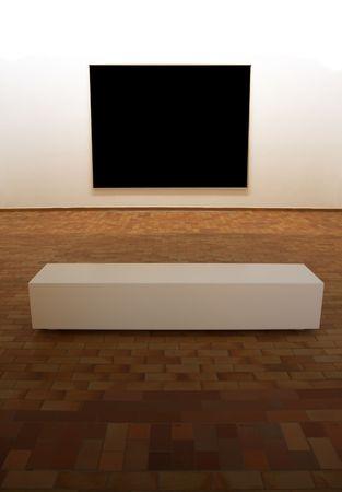Contemporary Museum Galerie Innenraum, große leere Platz Panel auf minimalistische Ausstellung mit Sitzbank davor, die Beleuchtung ist auf dem Podium