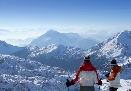 Zwei Skifahrer suchen über Berge oben genannten passo Pramollo an der Grenze zwischen Italien und Österreich