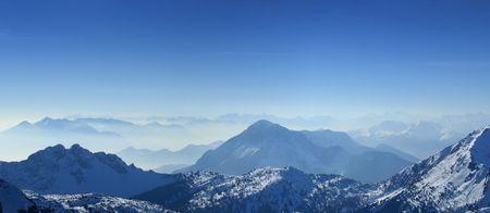 Hohe Winkel Panoramablick auf die Alpen im Winter Giulian der Nebel, wie aus dem Passo Pramollo an der Grenze zwischen Italien und Österreich Standard-Bild - 2608440