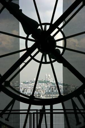 montmartre: Basilique du Sacr� Coeur � Montmartre vu si l'horloge au-dessus du Mus�e d'Orsay � Paris