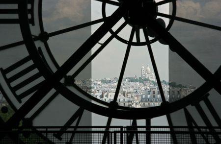 Sacre Coeur Basilika in Montmartre gesehen zwar die Uhr über Orsay-Museum in Paris