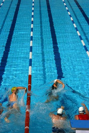 Triathlon Athleten Teilnahme an den Wettbewerb beginnen, Schwimmen Lizenzfreie Bilder - 3358449