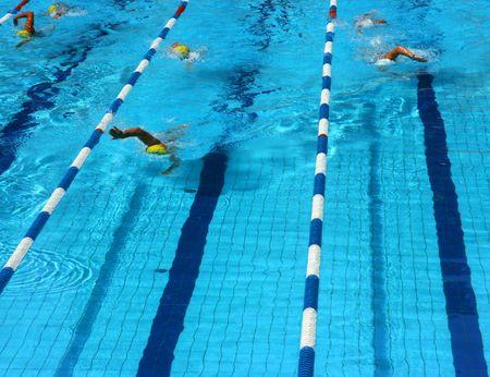 Sportler in einem Swimming-Pool Lane von oben gesehen