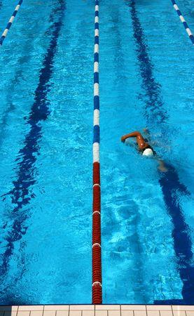 Man Schwimmen in einem Pool Lane von oben gesehen Lizenzfreie Bilder