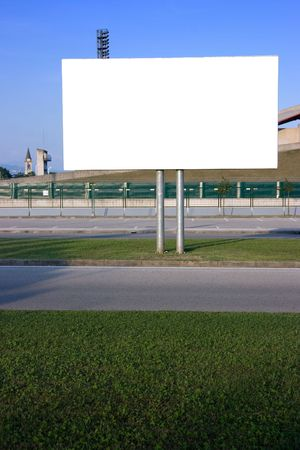 Blank Billboard auf der Straße bei Sonnenuntergang