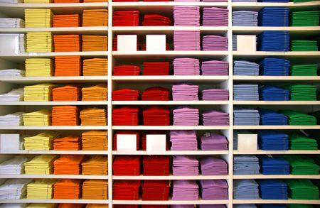 Farbige Polo-Shirts auf dem Display in einem Geschäft. Blank Beschreibung Tags.