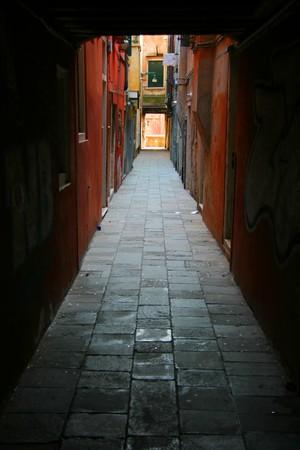 backstreet: Peque�a Venecia en el patio rodeado por edificios de color Foto de archivo