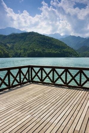 Terrasse auf dem grünen Wasser der See Barcis, Pordenone, Italien Lizenzfreie Bilder