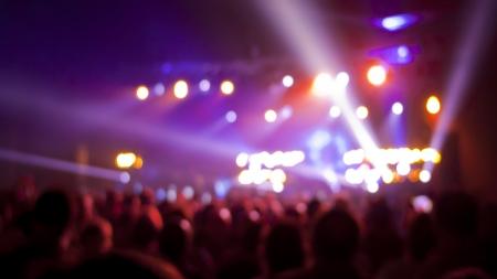 Konzertpublikum, unscharf mit Bühne Lichter und Farben. Standard-Bild