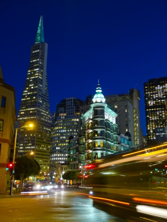 transamerica: Columbus Avenue by night in San Francisco Stock Photo