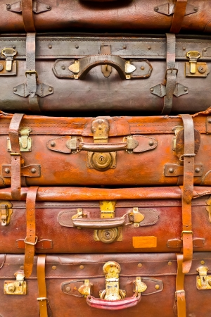 maletas de viaje: Vintage bolsas marrones maltratadas apilados verticalmente