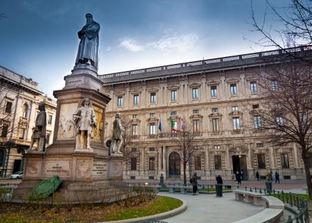 scala: Leonardo Da Vinci monument in Piazza della Scala, in fronto of Palazzo Marino, Milans city hall, Italy Stock Photo