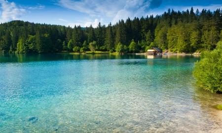 Ansicht der unteren See und Hütte in Fusine, Tarvisio, Friaul, Italien