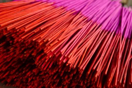 New Rot und Magenta Räucherstäbchen in einem Tempel in Pingyao, China
