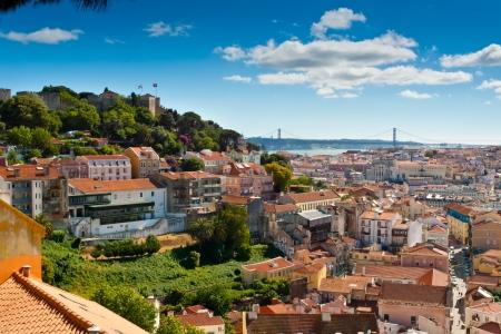Blick über Baixa und Castelo de Sao Jorge von Alfama, Lissabon, Portugal Standard-Bild