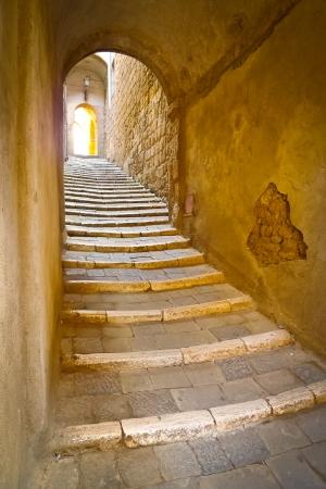 Steintreppe in einem abgelegenen Gasse in der malerischen, mittelalterlichen Stadt Sorano, Grosseto, Toskana, Italien