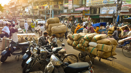 NEW DELHI, INDIA- August 8, 2009: Carts loaded with sacks full of chili near New Delhi spice market. 에디토리얼