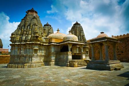 Wallfahrtsorte in einem der Tempel unter den Mauern von Kumbhalgarh Fort, Rajasthan, Indien