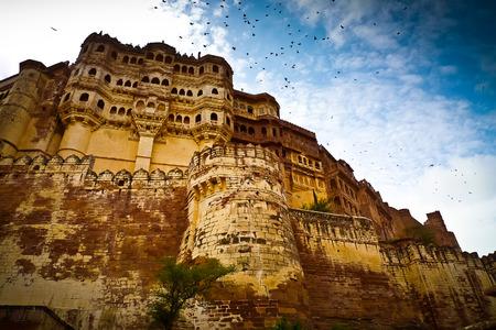 Niedrige Winkelsicht des Mehrangarh Fort Mauern und Balkone, Jodhpur, Rajasthan, Indien Standard-Bild