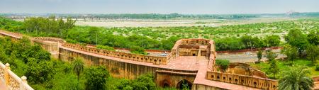 Panoramablick von Agra Fort, Fluss und Taj Mahal in der Ferne. Agra, Uttar Pradesh, Indien